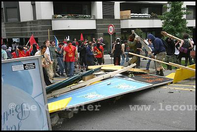 Genève, le 01.06.2003 .Manifestation anti-g8. Des manifestants érrigent une barricade pour empêcher la progression de la police..© Jean-Patrick Di Silvestro