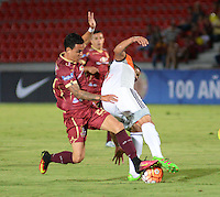 IBAGUÉ -COLOMBIA, 08-06-2015. Santiago Montoya (Izq) jugador de Deportes Tolima de Colombia disputa el balón con Arles Flores (Der) jugador del Deportivo La Guaira de Venezuela durante partido de la primera fase, llave G12 de la Copa Sudamericana 2016 jugado en el estadio Manuel Murillo Toro de la ciudad de Ibagué./ Santiago Montoya (L) player of  Deportes Tolima of Colombia vies for the ball with Arles Flores (R) player of Deportivo La Guaira of Venezuela during match for the first phase, Kye G12, of the South American Cup 2016 played at Manuel Murillo Toro stadium in Ibague city. Photo: VizzorImage / Juan Carlos Escobar / Str
