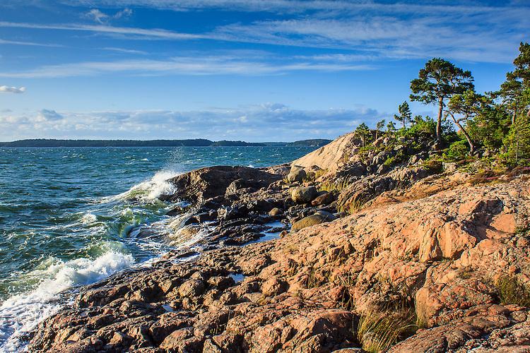 Kulingv&aring;gor p&aring; Mysingen sl&aring;r mot klippa p&aring; R&aring;n&ouml; i Stockholms sk&auml;rg&aring;rd. / Gale waves in<br />  Stockholm archipelago Sweden.