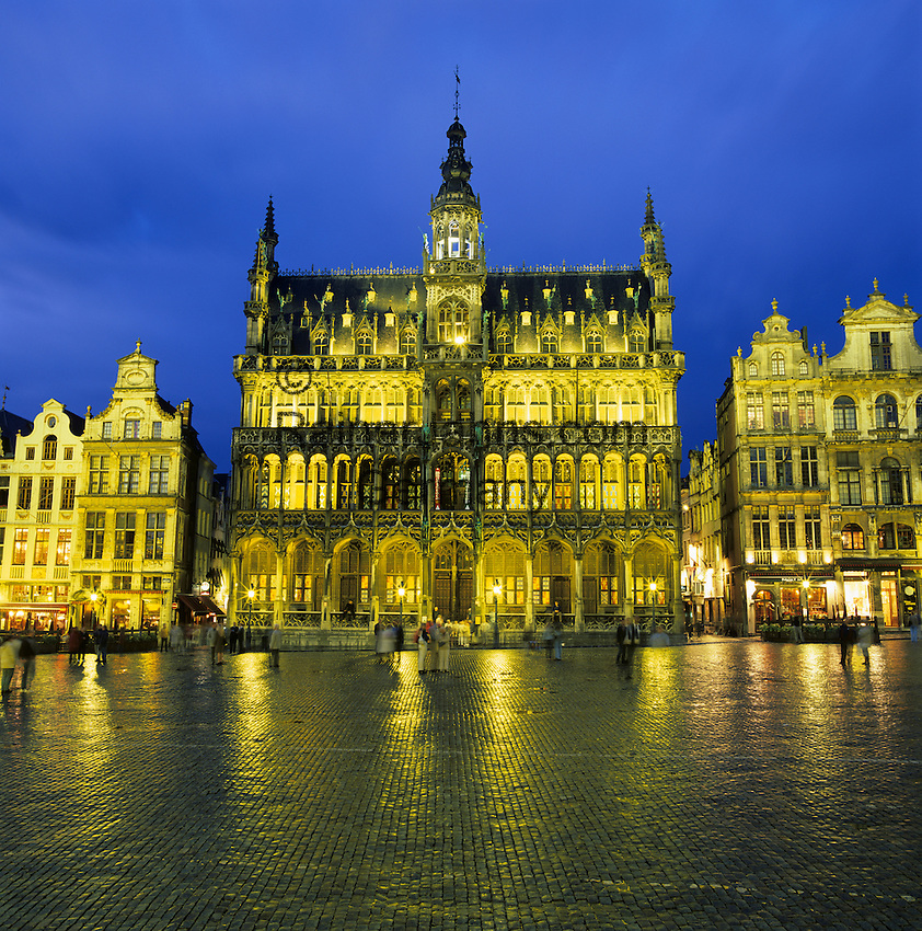 Belgium, Province Brabant, Brussels: Maison du Roi in the Grand Place illuminated at night | Belgien, Provinz Brabant, Bruessel: Grand Place (Grote Markt) mit dem Maison du Roi (Broodhuis) bei Abenddaemmerung