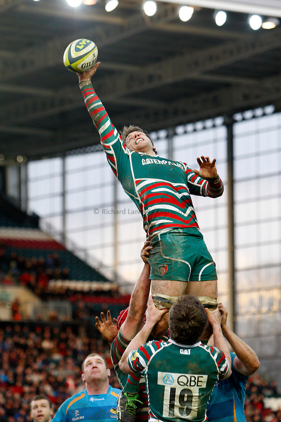 Photo: Richard Lane/Richard Lane Photography. Leicester Tigers v London Wasps. LV= Cup. 26/01/2013. Tigers' Brett Deacon wins a lineout.