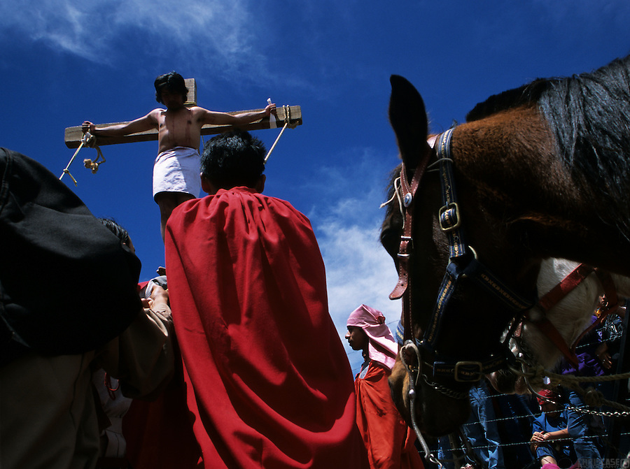 On the cliffs of the village of Real de Catorce, a reenactment of the Passion of the Christ (or la Semana Santa) takes place. It saw actors in the roles of Jesus and two others crucified.