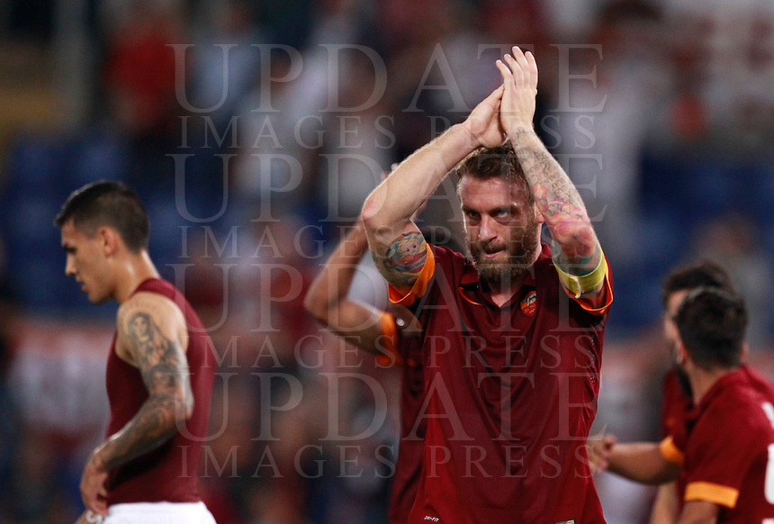 Calcio, Serie A: Roma vs ChievoVerona. Roma, stadio Olimpico, 18 ottobre 2014.<br /> Roma's Daniele De Rossi greets fans at the end of the Italian Serie A football match between Roma and ChievoVerona at Rome's Olympic stadium, 18 October 2014. Roma won 3-0.<br /> UPDATE IMAGES PRESS/Isabella Bonotto