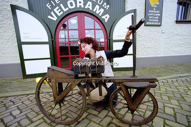 Foto: VidiPhoto..NIJMEGEN - De vermoedelijk oudste fiets van Nederland staat nu in het Fietsmuseum Velorama in Nijmegen. De houten fiets, de draisine, is aangetroffen in de collectie van een Franse verzamelaar die in de Tweede Wereldoorlog om het leven kwam. Zijn achterkleinkinderen vonden de collectie pas vorig jaar. De houten fiets is tot en met de kerstvakantie te zien, daarna wordt het geconserveerd. Uiteindelijk keert de fiets dan definitief terug in Velorama.