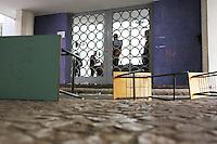 CURITIBA, PR, 28.08.2014 - CONFUSÃO / HOSPITAL DE CLINICA / CURITIBA - Mesas são colocadas na entrada do prédio da reitoria durante o protesto na manhã desta quinta-feira (28). Cerca de 200 pessoas entre alunos e professores do Hospital de Clinicas  (HC), fazem maninifestação no pátio da reitoria  da Universidade Federal do Paraná ( UFPR), em Curitiba. Eles são contrarios a adesão do Hospital de Clínicas (HC) com a Empresa Brasileira de Serviços Hospitalares (Ebserh). Equipes do Batalhão de Choque da Polícia Militar (PM) entraram em confronto com os manifestantes  que estão, tiro de bombas de efeito moral, bala de borracha e o uso de spray de pimenta foram utilizados.(Foto: Paulo Lisboa / Brazil Photo Press)