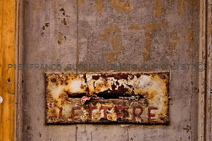 via decimario porte, portoni, maniglie e serrature di sassari, Italia<br /> doors, handles and locks in Sassari, Italy