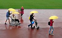 Nederland - Amsterdam. September 2018.  De Nationale Rollatorloop in het Olympisch Stadion vond dit jaar plaats in de stromende regen. De Rollatorloop is speciaal in het leven geroepen om elkaar op te peppen om in beweging te blijven. Er kunnen verschillende afstanden worden afgelegd. Zorgpersoneel, vrijwilligers en familie begeleiden de deelnemers. Voordeelnemers die de eindstreep niet halen worden rolstoelen ingezet.   Foto mag niet in negatieve context worden gebruikt.   Foto Berlinda van Dam / Hollandse Hoogte