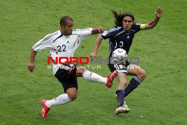 FIFA WM 2006 -  Quarter Finals / Viertelfinal<br /> Play   #57  (30-Jun) - Deutschland - Argentinien<br /> <br /> David Odonkor (links) von Deutschland im Zweikampf mit Juan Sorin (rechts) von Argentinien.<br /> <br /> Foto &copy; nordphoto
