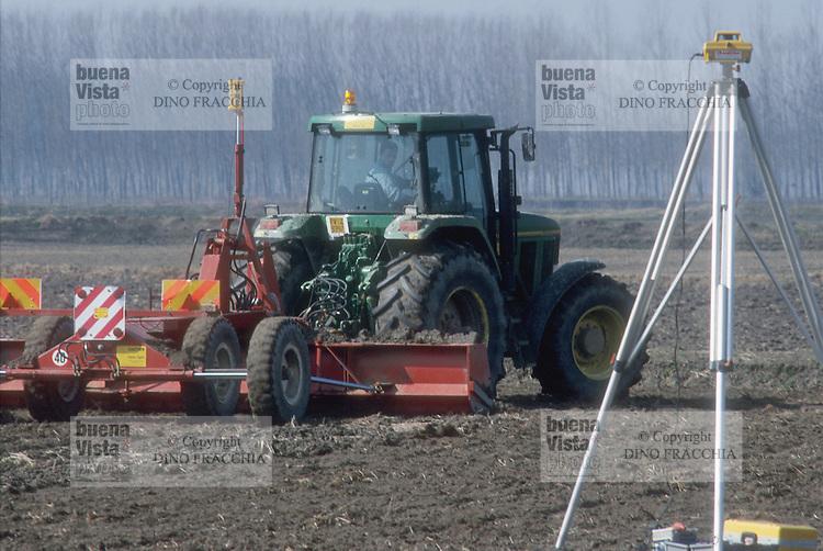 - cultivation of the rice in province of Novara, levelling of bottom of a rice field with  laser beam emitter....- coltivazione del riso in provincia di Novara, livellamento del fondo della risaia con emettitore di raggio laser