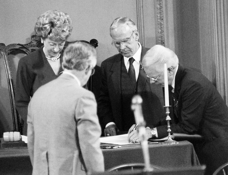 Rep. Jim Wright, D-Texas, and other party leaders signing document. (Photo by CQ Roll Call)