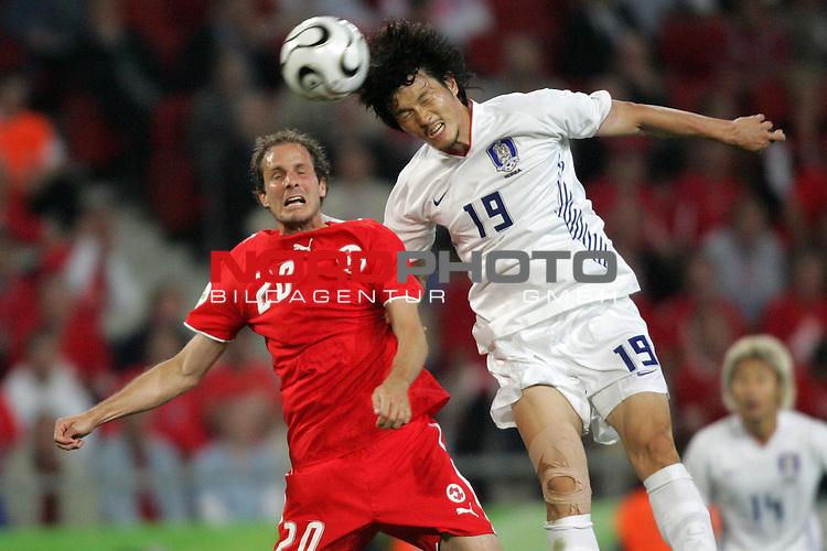 FIFA WM 2006 -  Gruppe G  Vorrunde ( Group G )<br /> Play    #46 (23-Jun) - Schweiz - S&uuml;dkorea<br /> <br /> Jae Jin Cho (rechts) von Korea im Kopfball Duell mit Patrick Mueller (links) von der Schweiz.<br /> Foto &copy; nordphoto