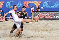 RAVENNA, ITALIA, 08 DE SETEMBRO DE 2011 - COPA DO MUNDO DE BEACH SOCCER - Ilya Leonov da Russia(branco) durante de partida contra oChristian Fragoso do México(preto), válida pelas quartas de final da Copa do Mundo de Beach Soccer, no Estádio Del Mare, em Ravenna, Itália, nesta quinta-feira (8). FOTO: VANESSA CARVALHO - NEWS FREE