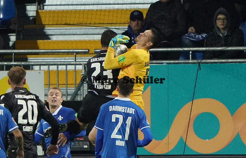 Torwart Florian Stritzel (SV Darmstadt 98) hält gegen Dirk Carlson (Karlsruher SC) - 04.10.2019: SV Darmstadt 98 vs. Karlsruher SC, Stadion am Boellenfalltor, 2. Bundesliga<br /> <br /> DISCLAIMER: <br /> DFL regulations prohibit any use of photographs as image sequences and/or quasi-video.