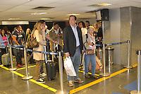 RIO DE JANEIRO, RJ, 08 AGOSTO 2012 - GREVE DA POLICIA FEDERAL - OPERACAO PADRAO NO AEROPORTO - Policiais Federais em greve realizam operacao padrao na tarde desta quarta feira, 08 de agosto, no aeroporto internacional Tom Jobim-Galeao, na Ilha do Governador, zona norte do rio.(FOTO: MARCELO FONSECA / BRAZIL PHOTO PRESS).