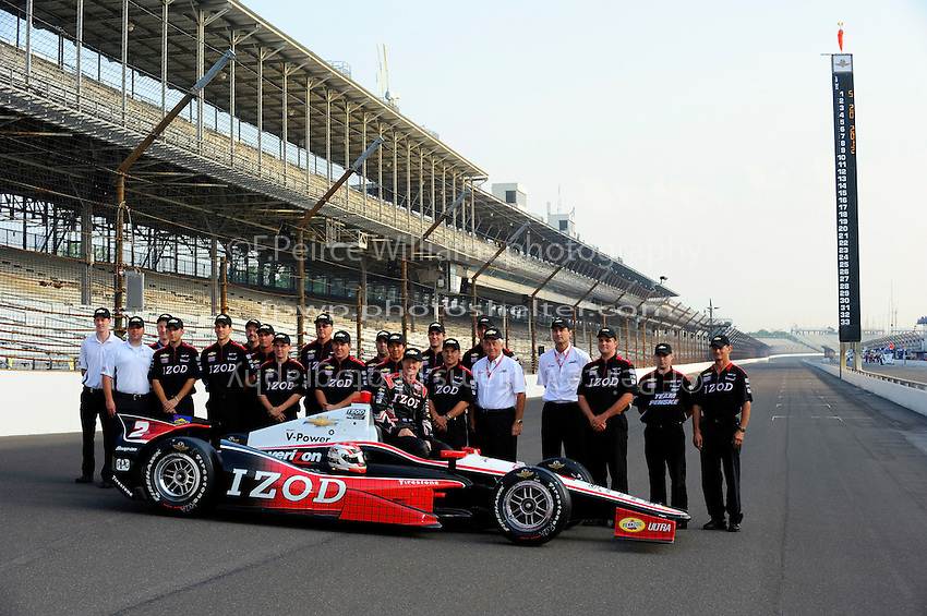 Polesitter Ryan Briscoe (#2) and team.
