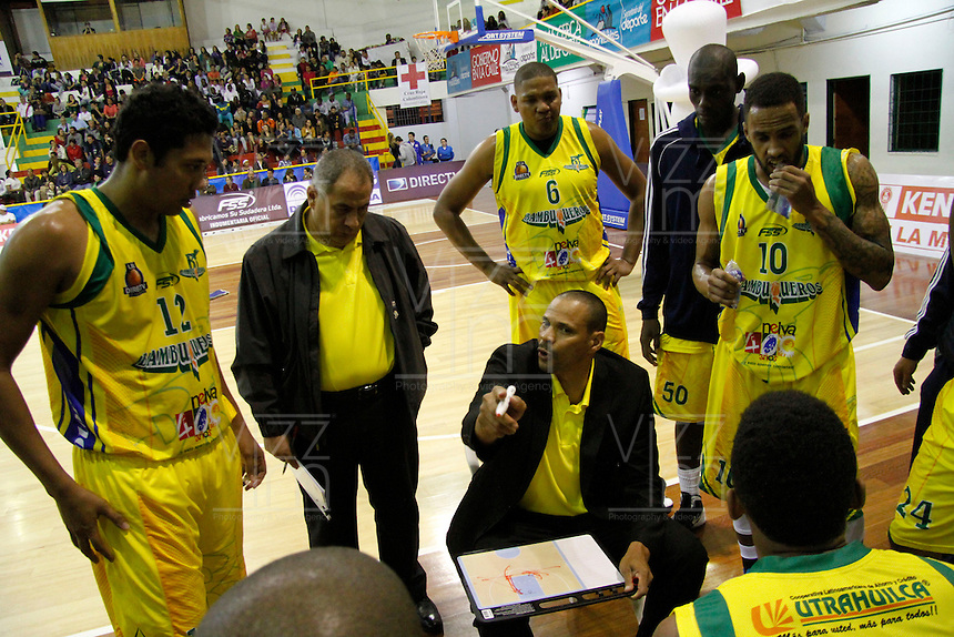 MANIZALEZ -COLOMBIA -26-04-2013.  Tomás Díaz técnico de Bambuqueros da instrucciones durante partido contra Once Caldas en la fecha 5 fase II de la  Liga Direct TV de baloncesto Profesional de Colombia realizado en el coliseo Municipal de Caldas./ Bambuqueros coach Tomas Diaz give directios during match against Once Caldas on the 5th date phase II of  DirecTV professional basketball League in Colombia at Municipal coliseum of Caldas. Photo: VizzorImage/Yonboni/STR