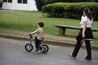 """SAO PAULO, SP, 13 MAIO DE 2012 - DIA DAS MÃES - CLIMA TEMPO - Movimentação na manhã deste domingo (13),dia das mães no Parque do Ibirapuera em São Paulo.O domingo (13) comemorativo do """"Dia das Mães"""" começou com tempo fechado e chuvoso na Capital paulista. Além das chuvas, a visibilidade nos aeroportos e bairros da Cidade se encontra reduzida, fato este que requer cautela por parte dos motoristas. Hoje pela manhã, a temperatura média girava em torno dos 17,0ºC e não deve passar dos 19,0ºC.(FOTOS: AMAURI NEHN/BRAZIL PHOTO PRESS)"""