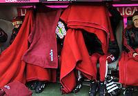 FUSSBALL   1. BUNDESLIGA  SAISON 2011/2012   21. Spieltag FC Bayern Muenchen - 1. FC Kaiserslautern       11.02.2012 Ivica Olic haellt eine Decke als Sichtschutz vor Arjen Robben (Mitte)  und Anatoliy Tymoshchuk , Anatoli Timoschtschuk (re, FC Bayern Muenchen)