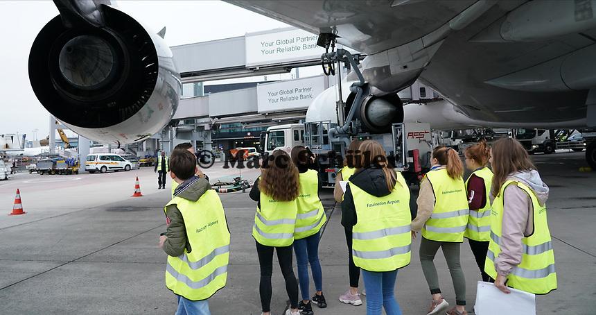 Schüler der Justin-Wagner Schule Roßdorf sehen sich den A380 von Singapore Airlines beim Betanken an - Frankfurt 23.10.2019: Schüler machen Zeitung bei Singapore Airlines