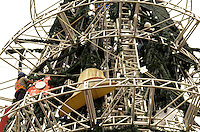SÃO PAULO, SP, 09 DE JANEIRO DE 2012 - DESMONTAGEM ARVORE IBIRAPUERA- Homens trabalham na desmontagem Dda árvore de natal em frente ao Parque do Ibirapuera na manhã desta segunda, 09. FOTO: ALEXANDRE MOREIRA - NEWS FREE.