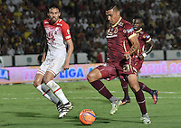 IBAGUÉ -COLOMBIA, 14-12-2016. Victor Aquino (Der) jugador de Deportes Tolima disputa el balón con Jose David Moya (Izq) jugador del Independiente Santa Fe durante partido de ida por la final de la Liga Aguila II 2016 jugado en el estadio Manuel Murillo Toro de la ciudad de Ibagué./ Victor Aquino (R) player of  Deportes Tolima vies for the ball with Jose David Moya (L) player of Independiente Santa Fe during first leg match for the final of the Aguila League II 2016 played at Manuel Murillo Toro stadium in Ibague city. Photo: VizzorImage/ Gabriel Aponte / Staff