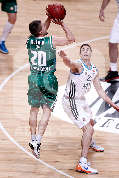 Real Madrid's Jaycee Carroll (r) and Union Olimpija Ljubljana's Jan Mocnik during Euroleague 2012/2013 match.December 13,2012. (ALTERPHOTOS/Acero)