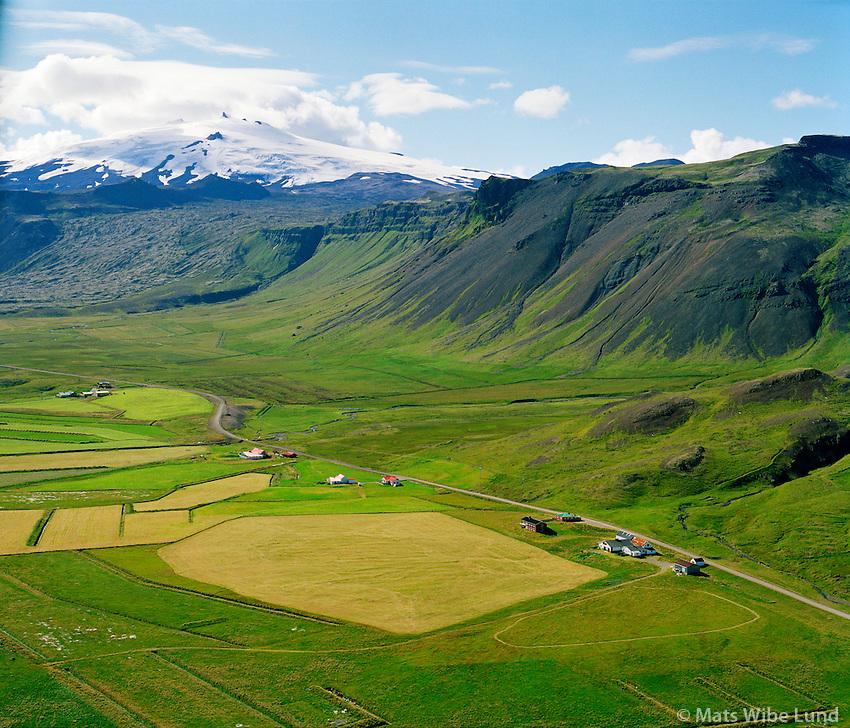 Stóri-Kambur. Litli-Kambur og Gröf, séð til v esturs, SAnæfellsjökull. Snæfellsbær áður Breiðuvíkurhreppur / Stóri-Kambur, Litli-Kambur and Grof viewing west. Snaefellsjokull. Snaefellsbaer former Breiduvikurhreppur.