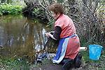 Fecha: 12-04-2015.-  La señora Maria lava la ropa en un lavadero en el Rio de Palas de Rei