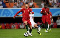 SARANSK - RUSIA, 25-06-2018: Omid EBRAHIMI (Izq) jugador de RI de Irán disputa el balón con Cristiano RONALDO (C)(Der) jugador de Portugal durante partido de la primera fase, Grupo B, por la Copa Mundial de la FIFA Rusia 2018 jugado en el estadio Mordovia Arena en Saransk, Rusia. / Omid EBRAHIMI (L) player of IR Iran fights the ball with Cristiano RONALDO (C) (R) player of Portugal during match of the first phase, Group B, for the FIFA World Cup Russia 2018 played at Mordovia Arena stadium in Saransk, Russia. Photo: VizzorImage / Julian Medina / Cont