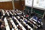 Foto: VidiPhoto<br /> <br /> WAGENINGEN – Emoties liepen vrijdag hoog op bij de Wageningen Universiteit & Research (WUR), waar tussen boeren en lto enerzijds, politici en stikstofactivist Johan Vollenbroek anderzijds, gedebatteerd werd over de toekomst van de landbouw in Nederland. Vollenbroek is niet van plan om een jaar lang te stoppen met procederen en samen met boeren naar een oplossing voor de problemen te zoeken, zoals hem werd gevraagd door de agrariërs. Een kleine honderd boeren waren met hun tractoren naar de campus van de WUR gekomen. De politie was aanwezig om te kunnen ingrijpen als het debat uit de hand zou lopen. Dat bleek niet nodig.