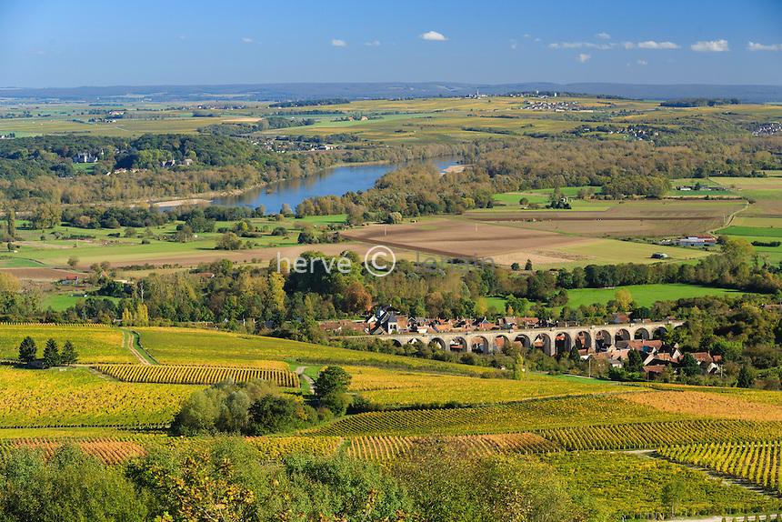 France, Cher (18), région du Berry, Ménétréol-sous-Sancerre, le village et son viaduc, le vignoble Sancerre AOC en automne, la Loire et au delà le vignoble de Pouilly-sur-Loire // France, Cher, Menetreol-sous-Sancerre, the village and its viaduct, Sancerre AOC vineyards in autumn, the Loire and beyond Pouilly-sur-Loire