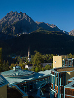 Therme Bogn Engiadina und St.Georg in Unterdorf, Scuol, Unterengadin, Graubünden, Schweiz, Europa<br /> Thermal bath Therme Bogn and St. George in Unterdorf, Scuol, Scuol Valley, Engadine, Grisons, Switzerland