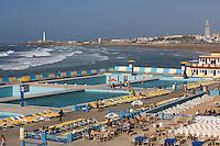 Afrique/Afrique du Nord/Maroc /Casablanca: la Corniche -piscine aménagée à l'arrière plan la Grande Mosquée Hassan II