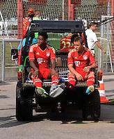 FUSSBALL     1. BUNDESLIGA     SAISON  2012/2013     30.07.2012 Fototermin beim  FC Bayern Muenchen  David Alaba , Rafinha kommt verletzt auf dem Rasenmaeher