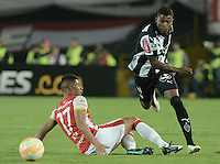 BOGOTA- COLOMBIA – 18-03-2015: Juan D Roa (Izq.) jugador del Independiente Santa Fe de Colombia, disputa el balon con Douglas Santos (Der.) jugador de Atletico Mineiro de Brasil, durante partido entre Independiente Santa Fe de Colombia y Atletico Mineiro de Brasil, por la segunda fase, grupo 1, de la Copa Bridgestone Libertadores en el estadio Nemesio Camacho El Campin, de la ciudad de Bogota. / Juan D Roa (L) player of Independiente Santa Fe of Colombia, figths for the ball with Douglas Santos (R) player of Atletico Mineiro of Brasil during a match between Independiente Santa Fe of Colombia and Atletico Mineiro of Brasil for the second phase, group 1, of the Copa Bridgestone Libertadores in the Nemesio Camacho El Campin in Bogota city. Photo: VizzorImage / Gabriel Aponte / Staff.