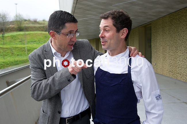 Joxe Mari Aizega (I) junto a Pascal Barbot (D) del Restaurante Astrance (Paris) en el Basque Culinary Center - Joxe Mari Aizega (L) with Pascal Barbot (R) of the restaurant Astrance (Paris) in the Basque Culinary Center