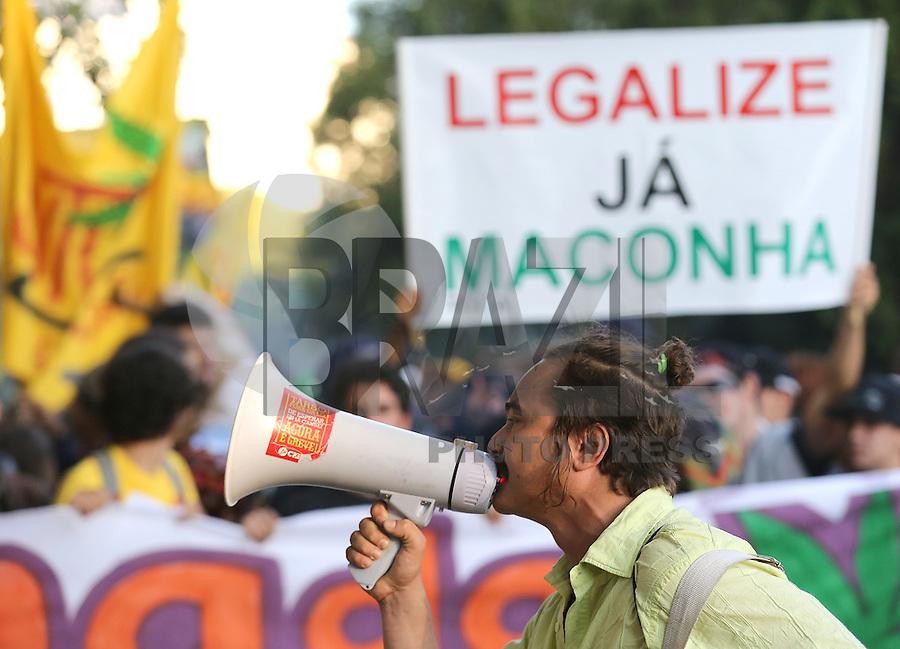 PORTO ALEGRE, RS, 17.05.2014 - MARCHA DA MACONHA PORTO ALEGRE - Manifestantes organizaram a marcha pela legalização da maconha (Marcha da Maconha) e reuniram milhares no Parque Farroupilha (Parque da Redenção), neste sábado, 17. (Foto: Pedro H. Tesch / Brazil Photo Press).