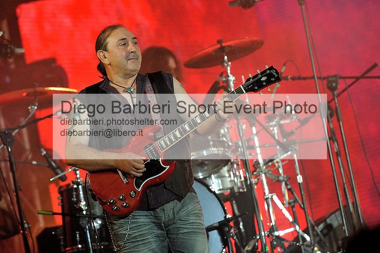 (KIKA) - TORINO, 29/06/2012 - Ghigo Renzulli, chitarrista dei Litfiba, si esibisce sul palco degli MTV Days in piazza Castello a Torino, il 29 giugno 2012.