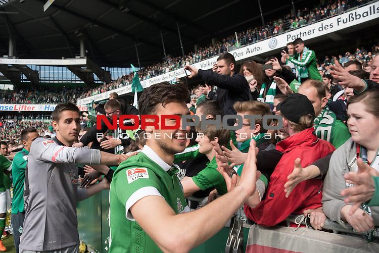 02.05.2015, Weser Stadion, Bremen, GER, 1.FBL. Werder Bremen vs Eintracht Frankfurt, im Bild<br /> <br /> Dank an die Fans nach dem Sieg <br /> <br /> Lukas F&ouml;rde / Friede (Bremen #39)<br /> <br /> Foto &copy; nordphoto / Kokenge