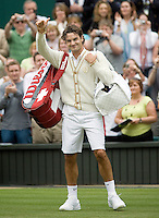 27-6-08, England, Wimbledon, Tennis, Roger Federer thanks the crowd after his victory over Gicquel