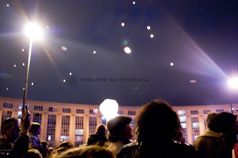 Pour annoncer la fin du festival ZAT, un lacher de lanternes celestes a ete organise a l'esplanade de l'Europe, Montpellier...To end the festival ZAT, a fly of lights was organized at the esplanade de l'Europe, Montpellier.