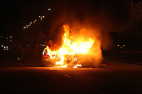 ATENCAO EDITOR IMAGEM EMBARGADA PARA VEICULOS INTERNACIONAIS - SUZANO, SP, 22 NOVEMBRO 2012 -  REINTEGRACAO DE POSSE ZONA NORTE SP - Carro e incendiado na Avenida Zaki Narchi, em Santana, na zona norte de São Paulo, apos reintegracao de posse que acabou em confronto entre manifestantes, policiais militares e guardas civis metropolitanos,  nesta quinta-feira, 22. (FOTO: MAURICIO CAMARGO / BRAZIL PHOTO PRESS).