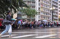 SAO PAULO, 18 DE FEVEREIRO DE 2013. - CHUVA SP - Passegiros aguardam onibus em ponto na Xavier de Toledo na tarde desta segunda feira, 18, regiao central da capital. Devido a problemas ocasionados pelo temporal que atingiu a capital diversas linhas de onibus tiveram problemas de circulacao. (FOTO: ALEXANDRE MOREIRA / BRAZIL PHOTO PRESS).