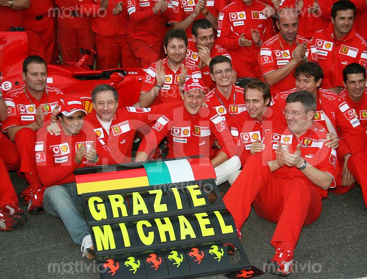 Sport Formel 1 Grand Prix von Brasilien in Sao Paulo  22.10.06 Michael Schumacher (GER, Ferrari) beim Abschiedsphoto, mit Felipe Massa, Teamchef Jean Todt und Technikdirektor Ross Brawn