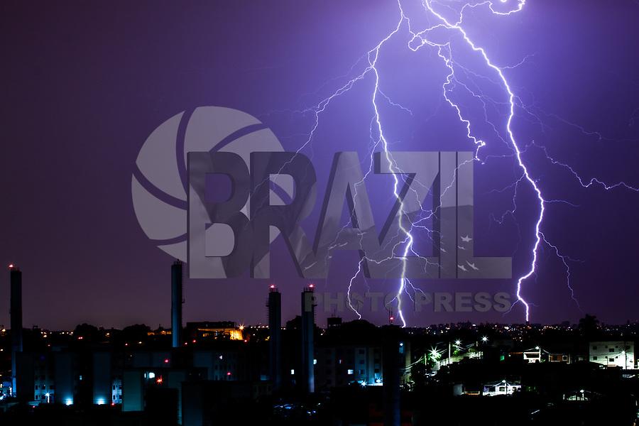 SAO PAULO, SP - 11.01.2019 - CLIMA-SP - Raios sao vistos na cidade de S&atilde;o Paulo na madrugada desta sexta-feira (11) <br /> <br /> (Foto: Fabricio Bomjardim / Brazil Photo Press )