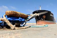 """GAM002 BENGASI (LIBIA), 05/04/2011. El petroleto """"Anwaar Afriqya"""", supuestamente propiedad del hijo del líder libio Muamar el Gadafi, Hannibal, echa amarras en el puerto de Bengasi (Libia), hoy, martes 5 de abril de 2011. La Unión Europea (UE) no pondrá ningún impedimento a la compra de gas y petróleo a los rebeldes libios siempre que se garantice que los ingresos no llegan al régimen de Gadafi. EFE/Maurizio Gambarini"""
