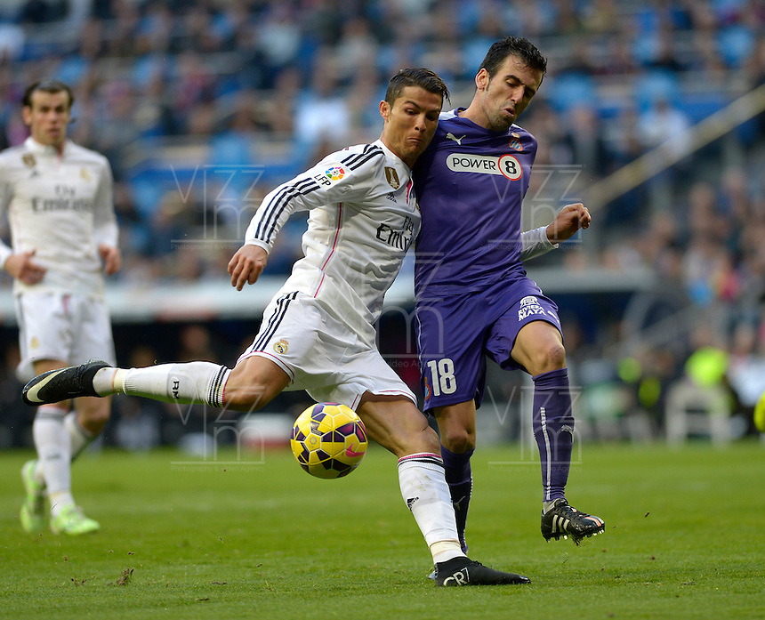 MADRID - ESPAÑA - 10-01-2015: Cristiano Ronaldo (Izq.) jugador de Real Madrid disputa el balon con Fuentes (Der.) jugador de Espanyol durante partido de la Liga de España, Real Madrid y Espanyol en el estadio Santiago Bernabeu de la ciudad de Madrid, España. / Cristiano Ronaldo (L) player of Real Madrid vie for the ball with Fuentes (R) player of Espanyol during a match between Real Madrid and Espanyol for the Liga of Spain in the Santiago Bernabeu stadium in Madrid, Spain  Photo: Asnerp / Patricio Realpe / VizzorImage.