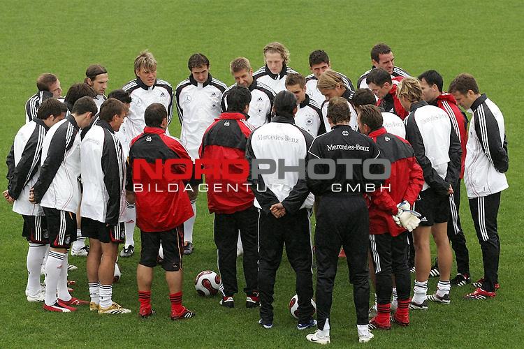 Training Deutsche Nationalmannschaft EM-Qualifikationsspiel Deutschland - San Marino<br /> Teambesprechung mit Trainer Jogi L&auml;w ( Loew ) <br /> <br /> Foto &copy; nph (nordphoto)<br /> <br /> <br /> <br />  *** Local Caption ***