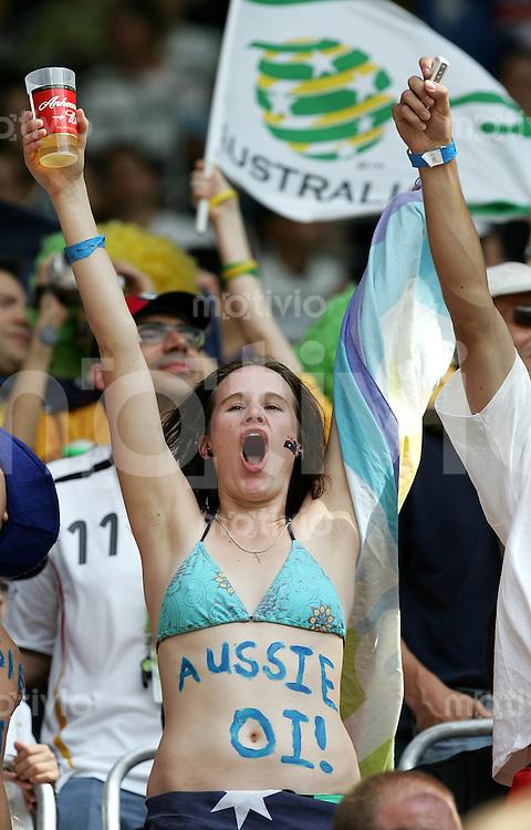 Fussball WM 2006 Achtelfinale in Kaiserslautern, Italien - Australien Weiblicher Australien Fan.