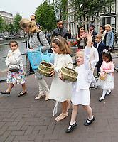 Nederland  Amsterdam 2016 05 29. De Sacramentsprocessie door het centrum van Amsterdam is een nieuwe traditie geworden. De processie trok in 2004 voor het eerst sinds 1578 over de grachten. Uniek is de deelname van Syrisch Orthodoxe gelovigen samen met andere Orthodoxe Kerken. De Onze Lieve Vrouwekerk organiseert op Sacramentsdag 29 mei  opnieuw een processie. Kinderen strooien rozenblaadjes.   Foto Berlinda van Dam / Hollandse Hoogte.